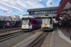 Sur la place de la gare SNCB à Oostende