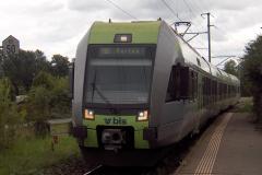 La RABe 535 106-9  arrive à la halte de Muntelier-Löwenberg.